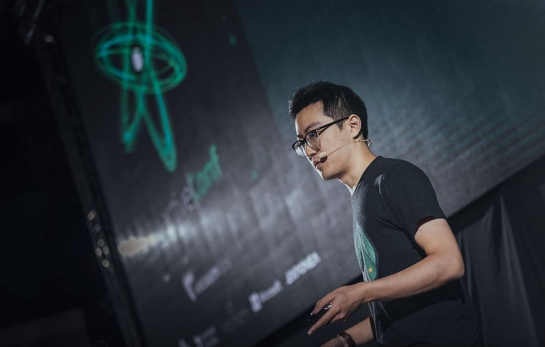 Mężczyzna w masce przed laptopem