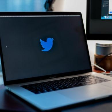 Laptop z logiem Twittera